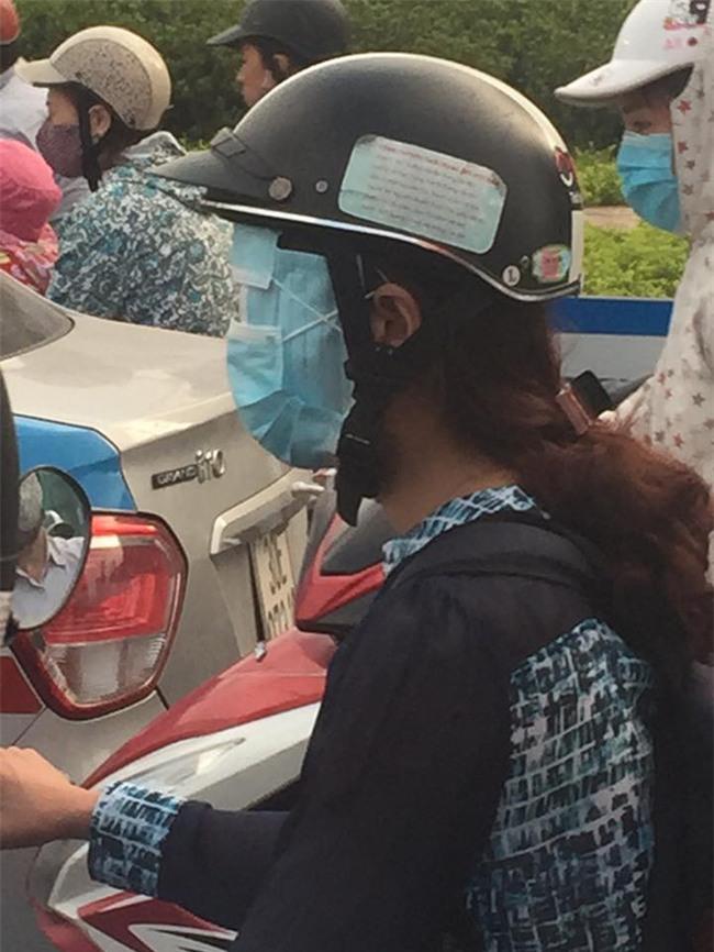 Bức ảnh hot trong ngày: Cô gái trẻ và cách chống nắng siêu độc trên đường - Ảnh 1.