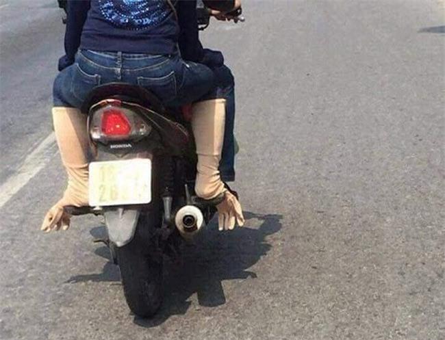 Bức ảnh hot trong ngày: Cô gái trẻ và cách chống nắng siêu độc trên đường - Ảnh 4.
