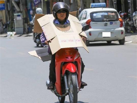 Bức ảnh hot trong ngày: Cô gái trẻ và cách chống nắng siêu độc trên đường - Ảnh 5.