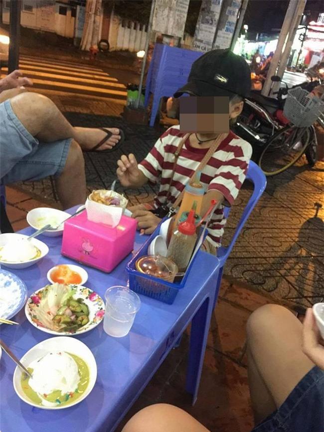 Cậu bé 10 tuổi bán vé số và câu chuyện buồn giữa đêm mưa Sài Gòn - Ảnh 1.