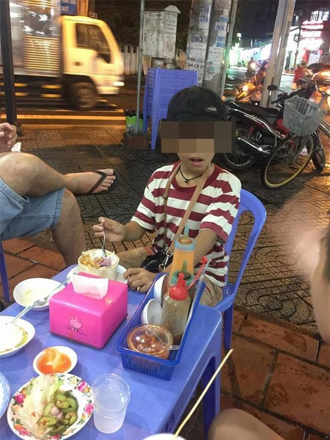 Cậu bé 10 tuổi bán vé số và câu chuyện buồn giữa đêm mưa Sài Gòn - Ảnh 2.