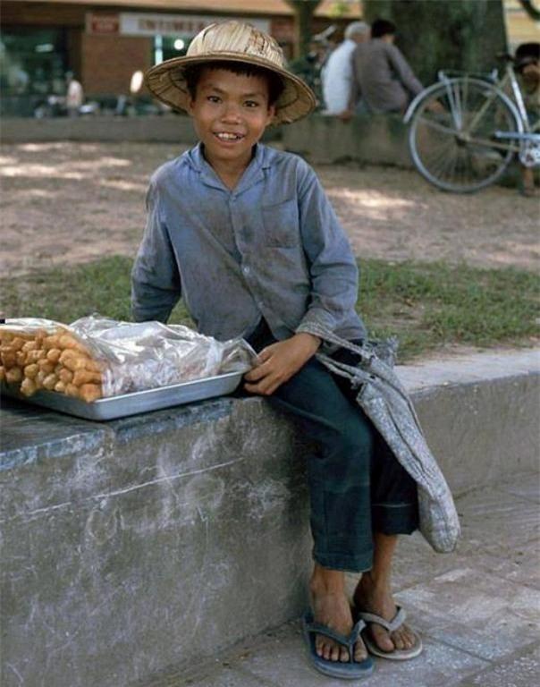 Cậu bé 10 tuổi bán vé số và câu chuyện buồn giữa đêm mưa Sài Gòn - Ảnh 3.