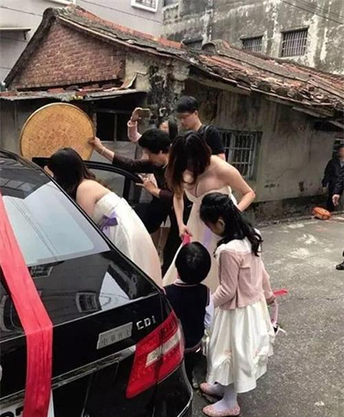 "nhung co dau om han vi bi ""dim"" khong thuong tiec trong dam cuoi cua chinh minh - 3"