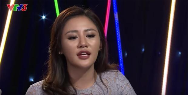 Gương mặt đơ cứng và xương quai hàm to hơn bình thường của Văn Mai Hương khi tham gia làm giám khảo chương trình Vietnam Idol Kids mùa đầu tiên. - Tin sao Viet - Tin tuc sao Viet - Scandal sao Viet - Tin tuc cua Sao - Tin cua Sao