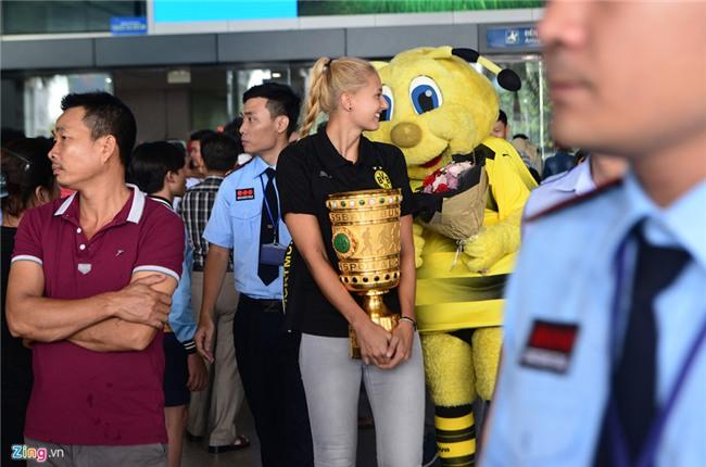 Dortmund dua nu HLV xinh dep sang Viet Nam hinh anh 1