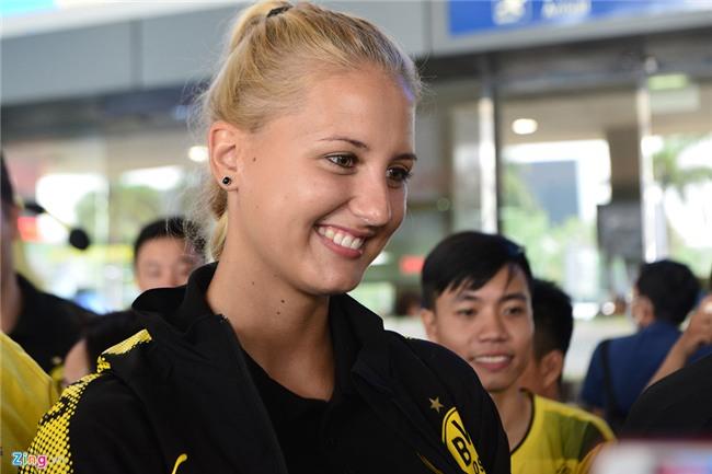 Dortmund dua nu HLV xinh dep sang Viet Nam hinh anh 4