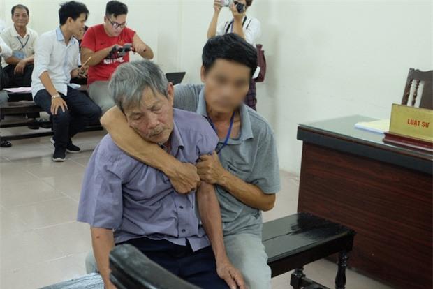 Cha của bé gái 3 tuổi bị đối tượng 79 tuổi hiếp dâm: Ông ấy tỏ ra kiệt sức ở tòa nhưng về nhà vẫ - Ảnh 2.