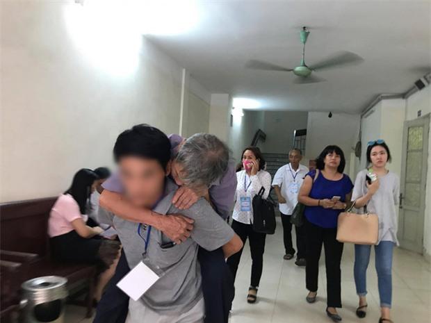 Cha của bé gái 3 tuổi bị đối tượng 79 tuổi hiếp dâm: Ông ấy tỏ ra kiệt sức ở tòa nhưng về nhà vẫ - Ảnh 3.