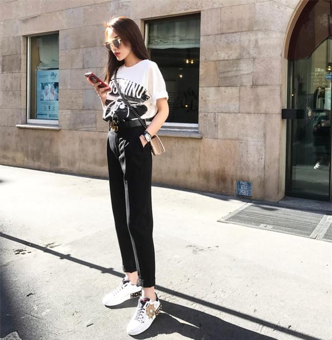 Khoe ảnh street style ở Milan, Kỳ Duyên lại khiến fan trầm trồ với chiếc đồng hồ tiền tỉ - Ảnh 1.