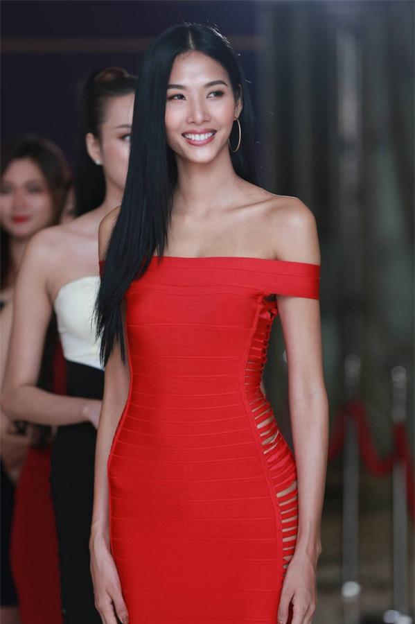 Hoàng Thùy catwalk xuất sắc, chặt đẹp dàn thí sinh Hoa hậu Hoàn vũ Việt Nam 2017-5