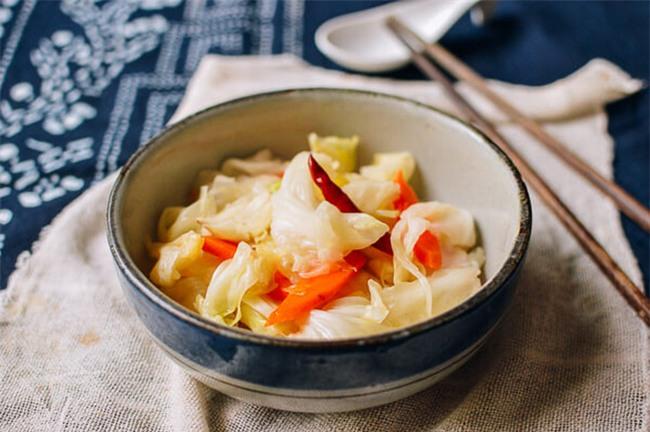 Muối dưa bắp cải chua ngọt ăn kèm món gì cũng ngon - Ảnh 6.