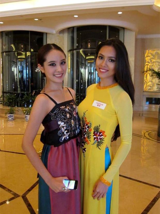 Đi thi Miss World, các người đẹp Việt thường chuẩn bị những kiểu áo dài như thế nào? - Ảnh 4.