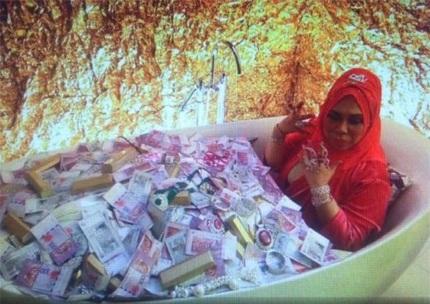 Nữ đại gia Malaysia gây tranh cãi khi đăng tải bức ảnh nằm giữa bồn tắm chất đầy tiền và trang sức - Ảnh 1.