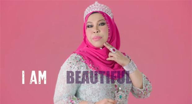 Nữ đại gia Malaysia gây tranh cãi khi đăng tải bức ảnh nằm giữa bồn tắm chất đầy tiền và trang sức - Ảnh 2.