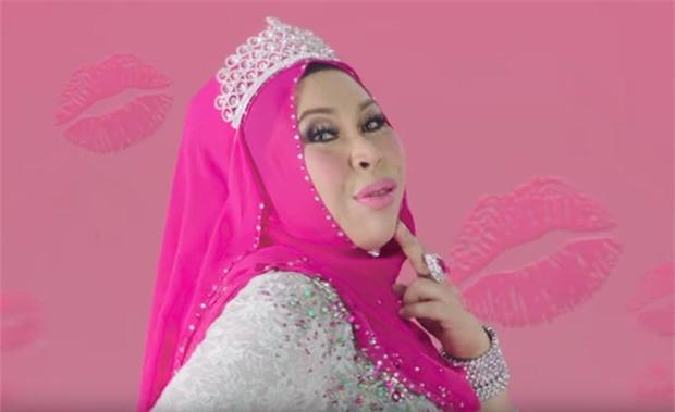 Nữ đại gia Malaysia gây tranh cãi khi đăng tải bức ảnh nằm giữa bồn tắm chất đầy tiền và trang sức - Ảnh 3.