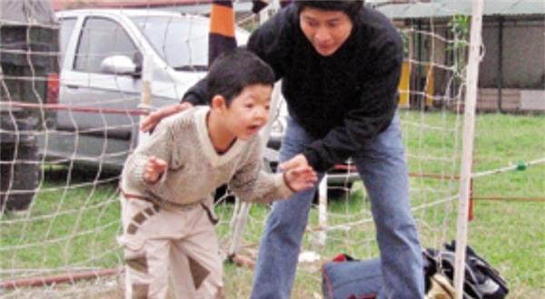 "dieu gi khien con trai dien vien quoc tuan van hanh phuc suot 15 nam ""dia nguc""? - 1"