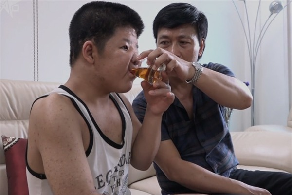 "dieu gi khien con trai dien vien quoc tuan van hanh phuc suot 15 nam ""dia nguc""? - 2"