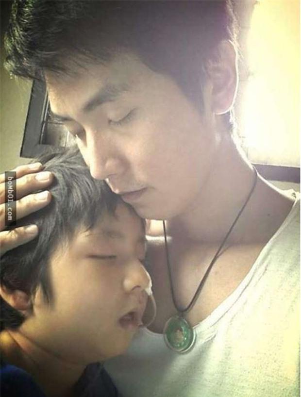 Ông bố trẻ gạt nước mắt đóng vai biến thái mỗi ngày chỉ để đổi lấy nụ cười của con trai đang sống thực vật - Ảnh 3.