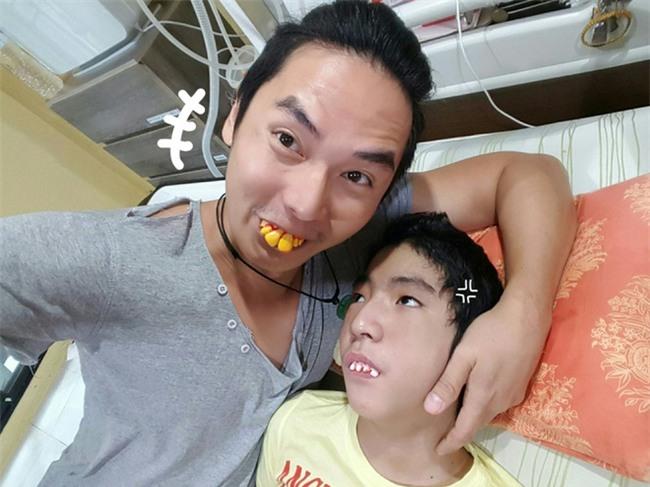 """Ông bố trẻ gạt nước mắt đóng vai """"biến thái"""" mỗi ngày chỉ để đổi lấy nụ cười của con trai đang sống thực vật - Ảnh 8."""