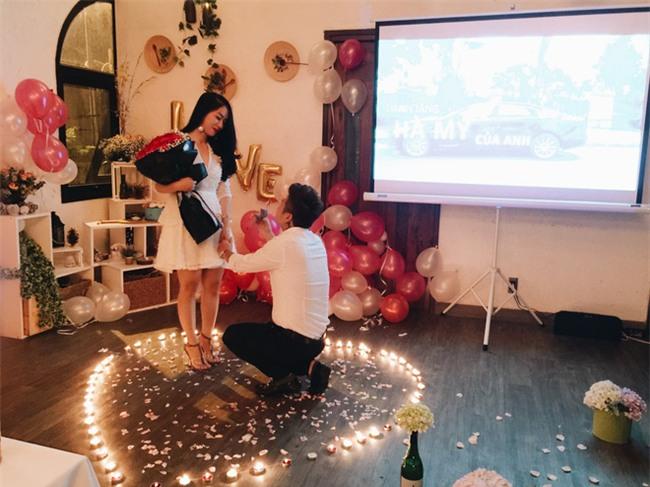 Ngưỡng mộ chàng trai dành 1 năm để chuẩn bị màn cầu hôn lãng mạn với nến và hoa - Ảnh 8.