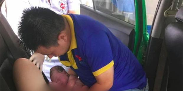 Nghệ An: Chồng đỡ đẻ cho vợ ngay trên taxi khi đang đến bệnh viện - Ảnh 1.