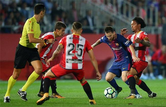 Messi bị kẹp giữa vòng vây của đối phương