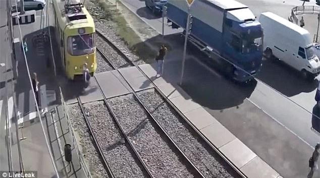 Khoảnh khắc người phụ nữ bị xe điện đâm trúng (Ảnh: Liveleak)
