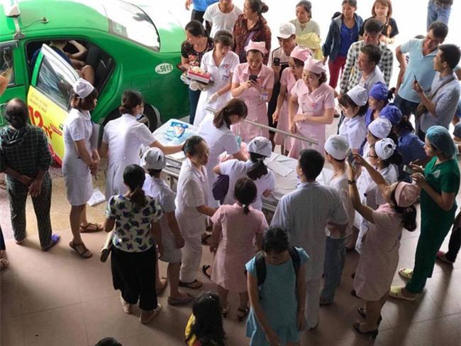 nguoi dan ong hanh phuc nhat nam ke khoanh khac don con gai chao doi tren taxi - 3