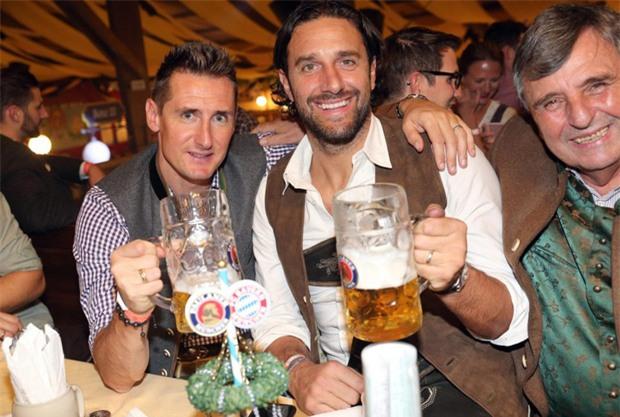 Dàn WAGs tuyệt sắc khoe dáng tại lễ hội bia lớn nhất thế giới - Ảnh 10.