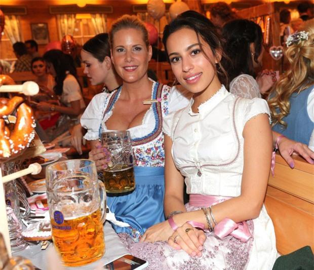 Dàn WAGs tuyệt sắc khoe dáng tại lễ hội bia lớn nhất thế giới - Ảnh 7.