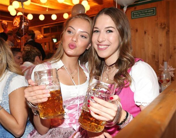 Dàn WAGs tuyệt sắc khoe dáng tại lễ hội bia lớn nhất thế giới - Ảnh 8.