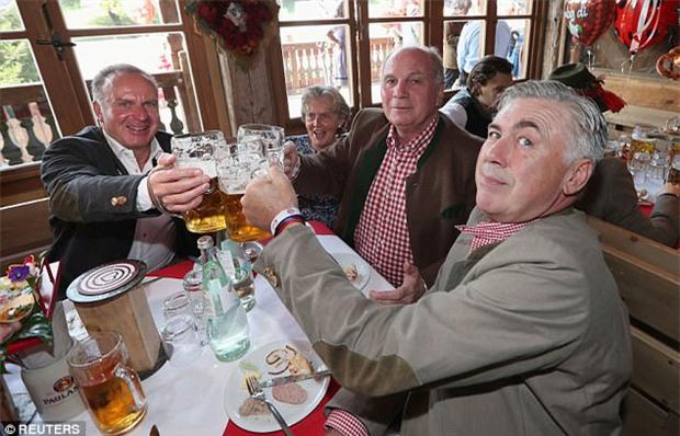 Dàn WAGs tuyệt sắc khoe dáng tại lễ hội bia lớn nhất thế giới - Ảnh 9.