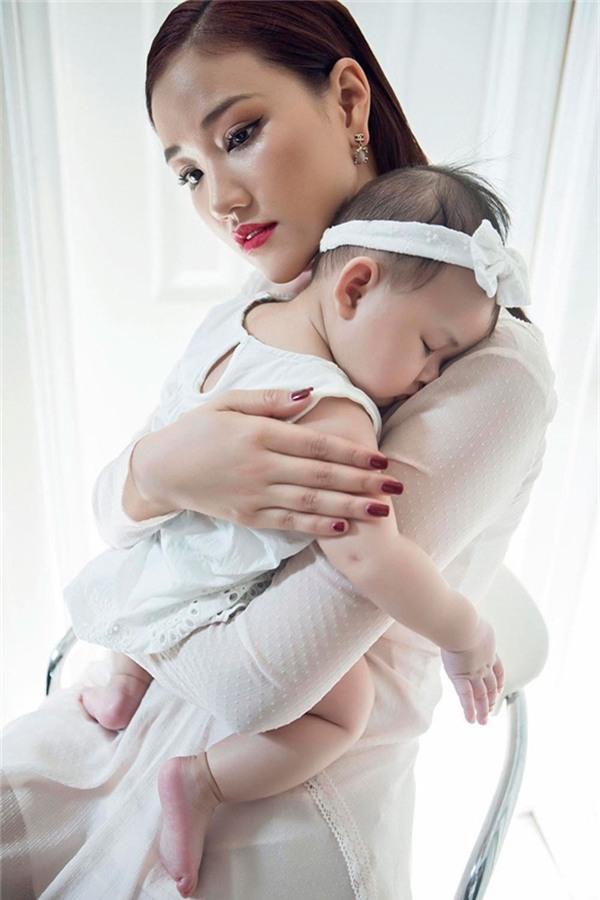 Sự việc bắt đầu xảy ra khiMayahé lộ vềgóc khuất của mối tình trong quá khứ, xảy ra vào thời điểm cô mang thai con gái đầu lòng tại Mỹ. - Tin sao Viet - Tin tuc sao Viet - Scandal sao Viet - Tin tuc cua Sao - Tin cua Sao