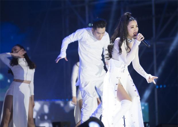 Bóc mác trang phục được khen ngợi của Đông Nhi tại Asia Song Festival 2017-5