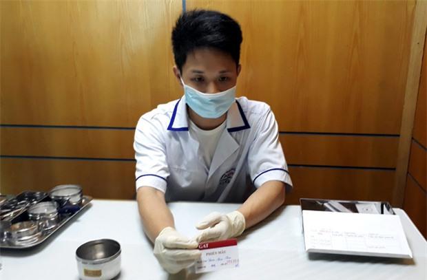 Phía sau 4 tờ kết quả xét nghiệm ADN của cô gái trẻ - Ảnh 1.