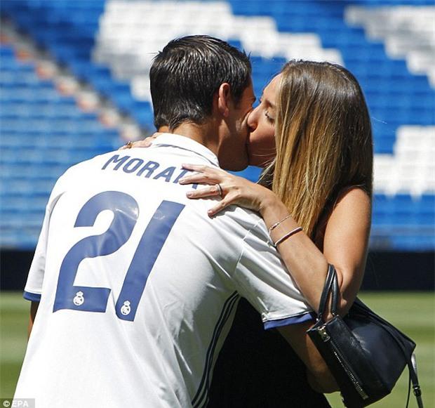Nhét trái bóng vào bụng ăn mừng, Morata ngầm thông báo vợ xinh đã mang bầu - Ảnh 4.