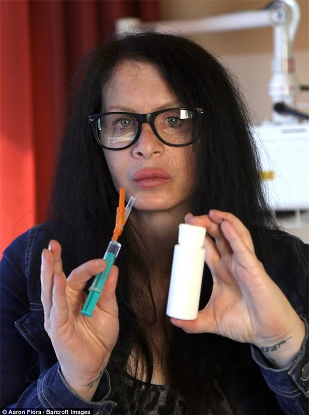 Mong muốn trẻ mãi với thời gian, nữ diễn viên tiêm vi khuẩn 3,5 triệu năm được tìm thấy trong băng vĩnh cửu vào cơ thể mình - Ảnh 2.