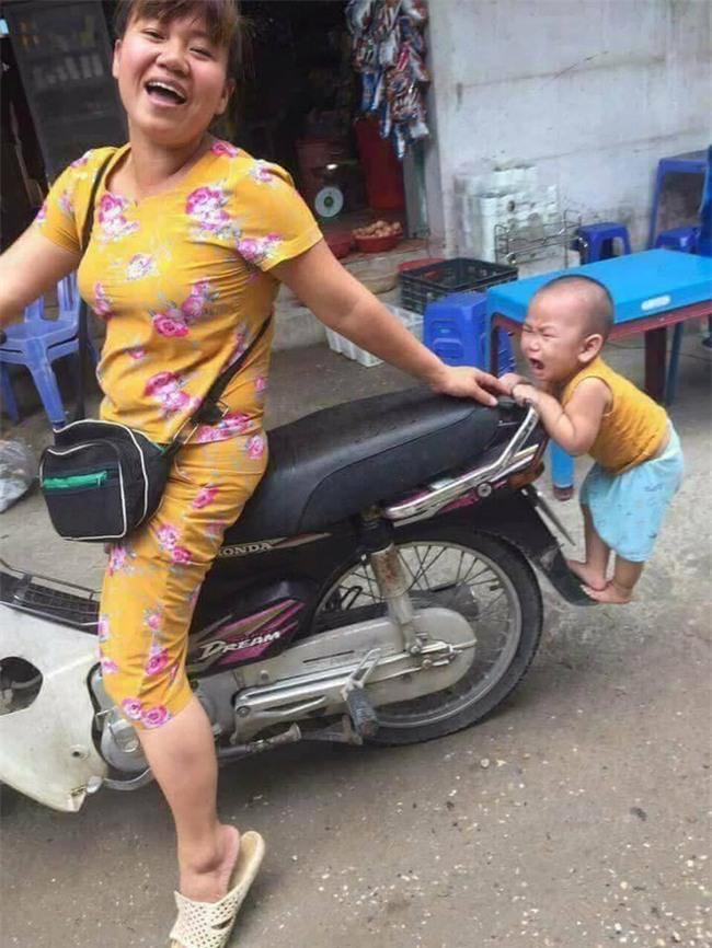 Nhìn hình ảnh cậu bé chiêu trò bám đuôi xe mẹ này có ai thấy tuổi thơ của chính mình trong đó? - Ảnh 2.