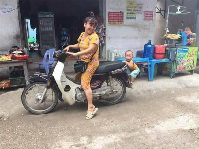 Nhìn hình ảnh cậu bé chiêu trò bám đuôi xe mẹ này có ai thấy tuổi thơ của chính mình trong đó? - Ảnh 3.