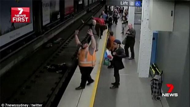 Ngất xỉu rồi ngã xuống đường ray tàu điện ngầm, chẳng ngờ vận may vẫn mỉm cười với người đàn ông gặp tai nạn - Ảnh 2.