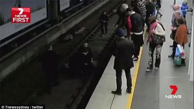 Ngất xỉu rồi ngã xuống đường ray tàu điện ngầm, chẳng ngờ vận may vẫn mỉm cười với người đàn ông gặp tai nạn - Ảnh 3.