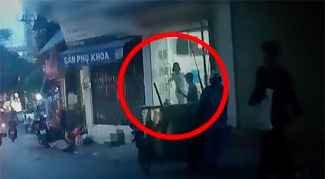 Clip: Chuyện kinh hoàng ẩn trong những túi nylon đen được vứt ra xe rác từ phòng khám thai ở Hà Nội - Ảnh 2.