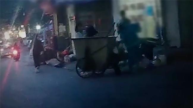 Clip: Chuyện kinh hoàng ẩn trong những túi nylon đen được vứt ra xe rác từ phòng khám thai ở Hà Nội - Ảnh 3.