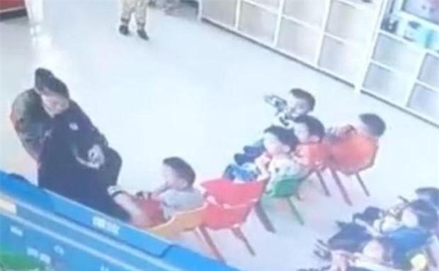Bảo mẫu trừng phạt học sinh bằng cách trói tay, hành hạ dã man các em ngay trước lớp - Ảnh 3.