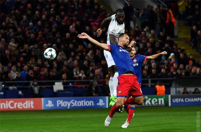 Lukaku bật cao đánh đầu từ pha tạt bóng của Martial