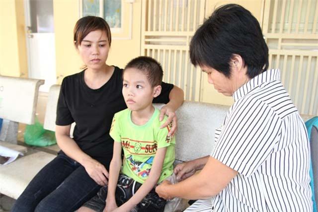 """be trai 10 tuoi, nang 14kg an mai khong no vi co """"he tieu hoa"""" de ngoai da - 1"""