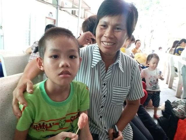 """be trai 10 tuoi, nang 14kg an mai khong no vi co """"he tieu hoa"""" de ngoai da - 3"""