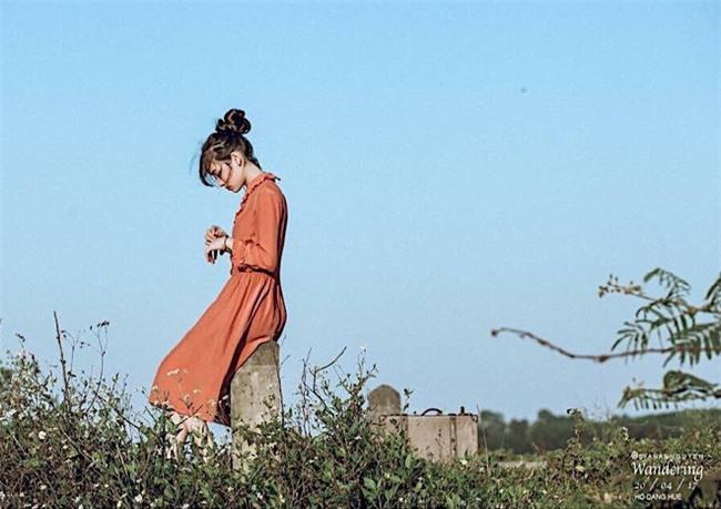 Sự thật phía sau loạt ảnh cô gái ăn mặc như đi lạc từ sự kiện vào chuồng gà - Ảnh 6.