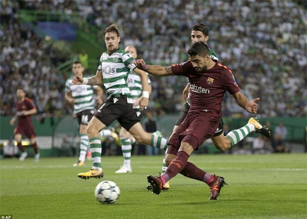 Messi tịt ngòi, Barca lại ăn may nhờ đối thủ tự đốt lưới nhà - Ảnh 2.
