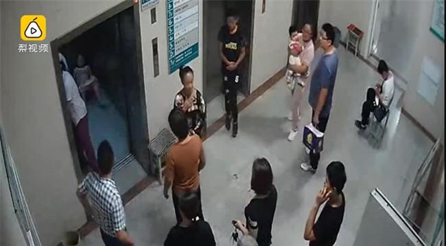 Trở dạ quá nhanh, sản phụ sinh con ngay trên sàn thang máy bệnh viện - Ảnh 3.